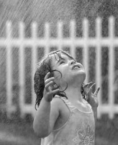 bambina_sotto_pioggia